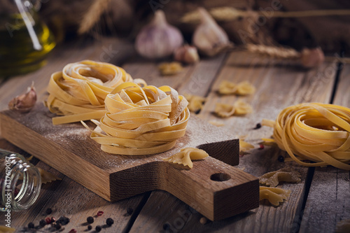 Fotografía  Raw homemade pasta with flour and spices on the rustic background