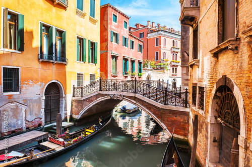 Stickers pour portes Venise Scenic canal with bridge and ancient buildings in Venice, Italy