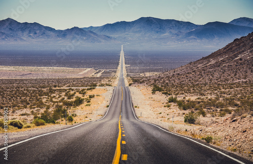Montage in der Fensternische Bekannte Orte in Amerika Endless straight highway in the American Southwest, USA
