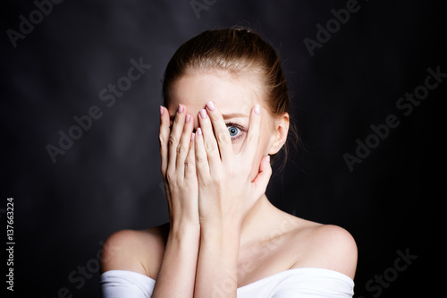 Photo  Scared girl covering her face with her hands