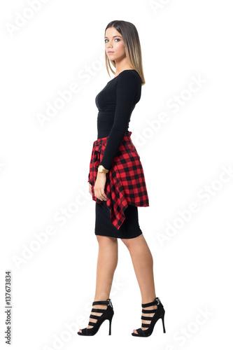 Fotografia  Graceful young fashion model walking and looking at camera