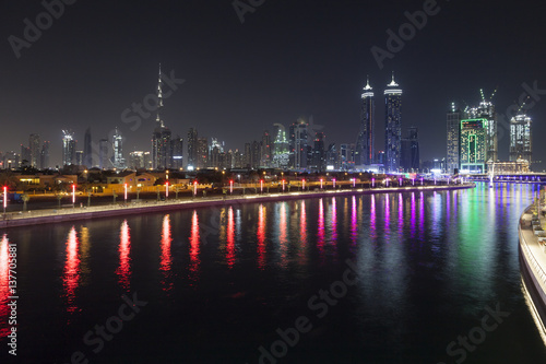 Photo  Dubai Water Canal at night