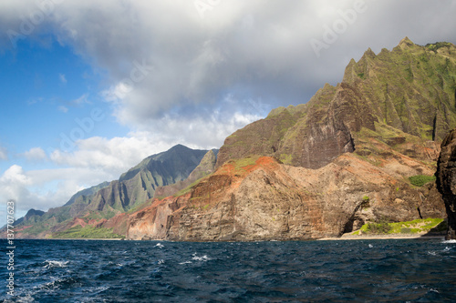 Staande foto Oceanië Blick vom Meer aus auf die berühmte Na Pali Coast an der Nordostküste von Kauai, Hawaii, USA.