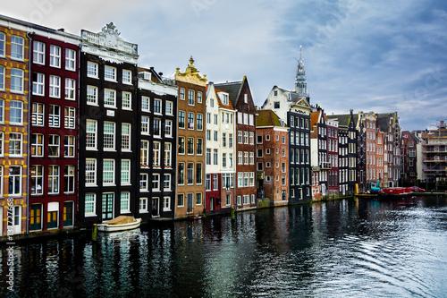 piekne-roznokolorowe-kamienice-nad-kanalem-w-amsterdamie
