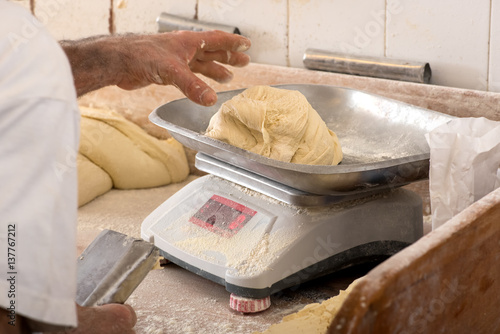 In de dag Bakkerij Dough weighing in bakery