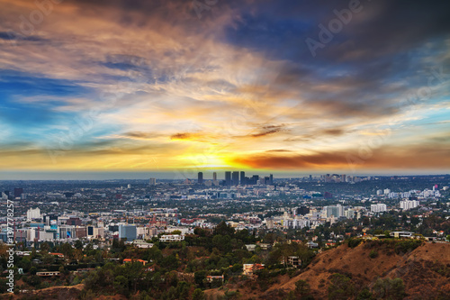 Foto op Aluminium Los Angeles Los Angeles under a colorful sky at sunset