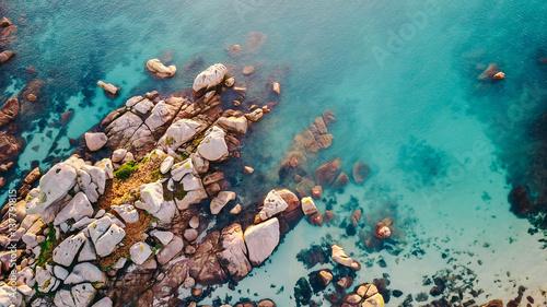 Deurstickers Kust Felsen am Meer/Luftaufnahme einer Küstenlandschaft