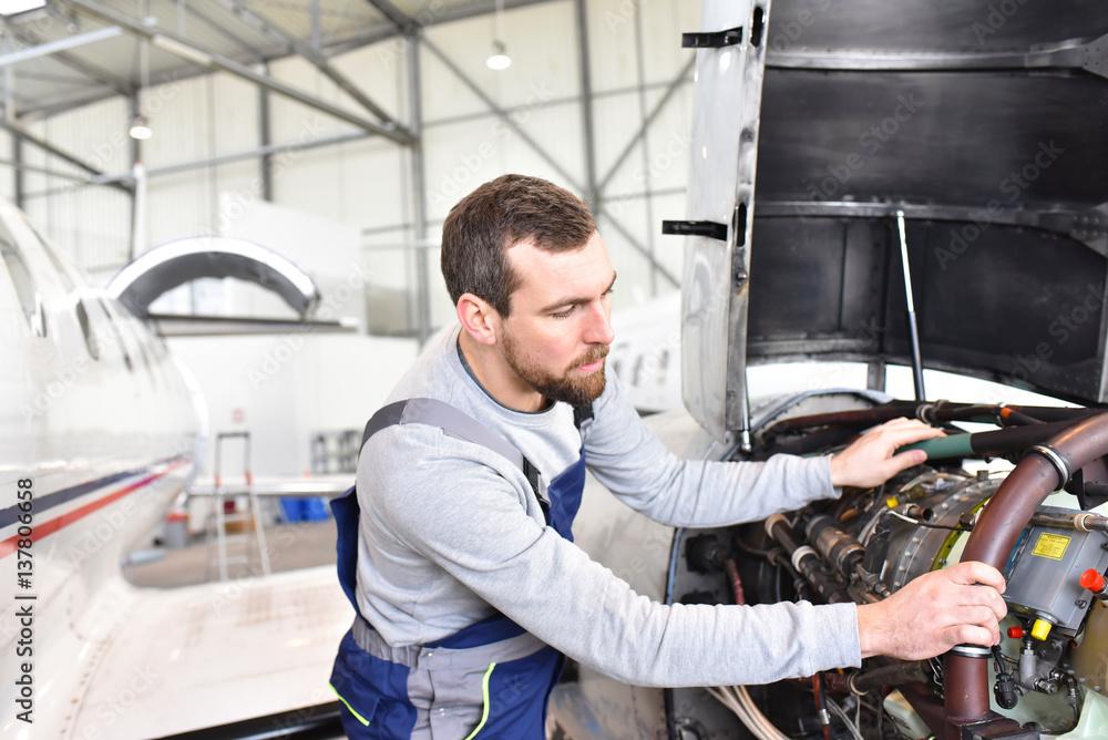 Photo Art Print Fluggerätemechaniker Kontrolliert Motor Einer