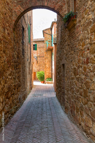 Deurstickers Smal steegje Beautiful narrow alley with traditional historic houses at Pienza city