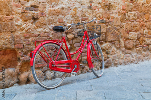 Cadres-photo bureau Velo Beautiful narrow alley with traditional historic houses at Pienza city