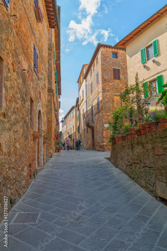 Keuken foto achterwand Smal steegje Beautiful narrow alley with traditional historic houses at Pienza city