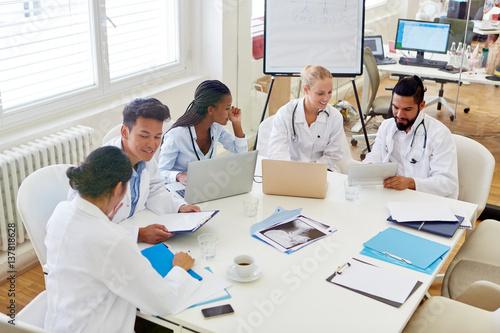Ärzte im Medizinstudium diskutieren Canvas Print