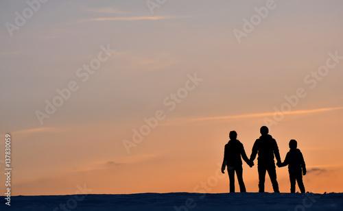 Fényképezés  Ailesiyle  Gün Batımını İzleyen Erkek
