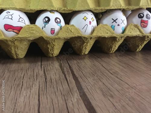 Fotografia  ahşap zemindeki koli içinde duygusal yumurtalar