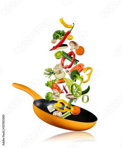 Montage in der Fensternische Gemuse Fresh vegetables flying into a pan on white background