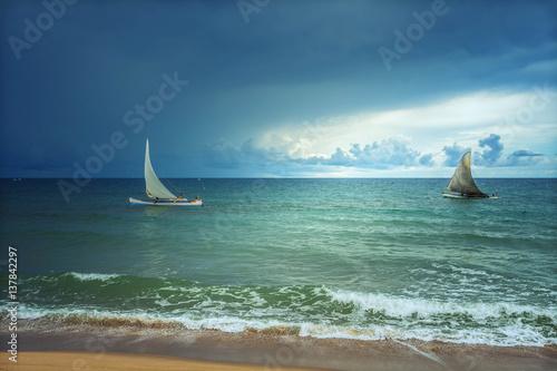 dwie-zaglowki-niedaleko-brzegu-na-morzu