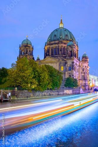 smugi-swiatel-pedzacych-samochodow-na-tle-katedry-w-berlinie