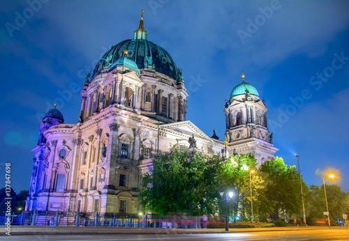 katedra-w-berlinie-niemcy-zblizenie-na-katedre-ewangeliczna-w-zblizeniu-wieczorna-pora