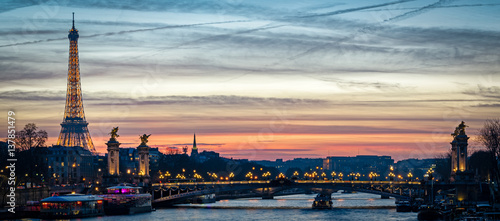 Fotobehang Eiffeltoren Paris cityscape with Tour Eiffel and Pont Alexandre III at twilight