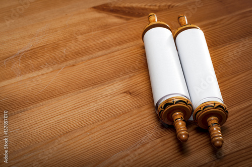 Photo Judaism and religious text concept with a closed Torah on wooden background with