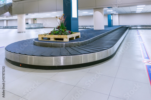 Poster Aeroport empty conveyor belt for carrying the passenger luggage or baggage claim at airport