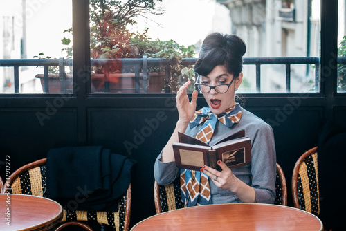 Fotobehang koffiebar Femme élégante en terrasse