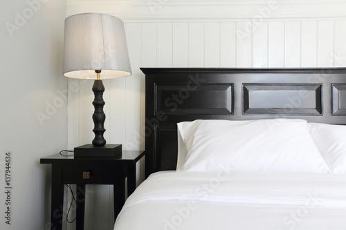 Fototapeta Wnętrze sypialni luksusowe podwójne łóżko hotelu