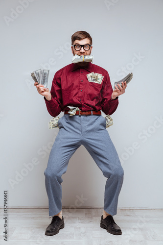Photo Vertical image of Male nerd with many money