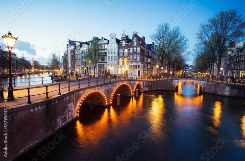 oswietlony-most-nad-kanalem-w-amsterdamie