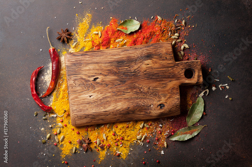 Cuadros en Lienzo Various spices spoons and cutting board