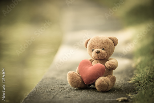 Fotomural bear doll and red heart with dramatic tone