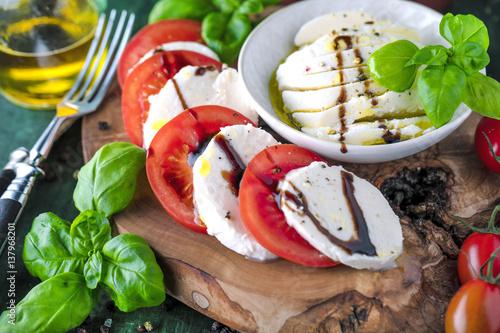 Spoed Fotobehang Voorgerecht Frische Tomaten Mozzarela Gericht (Großformat)