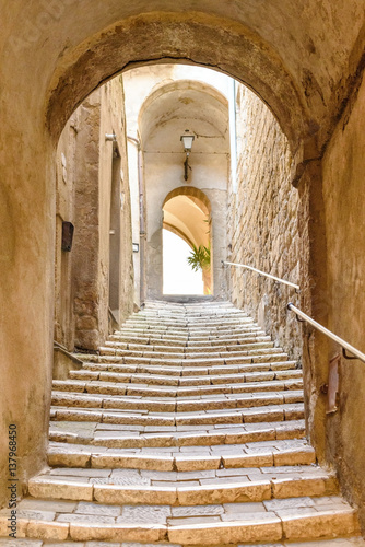Deurstickers Smal steegje old stone steps and arch in the medieval village, Pitigliano, tuscany, italy