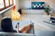 Giovane ragazza con telecomando guarda la tv