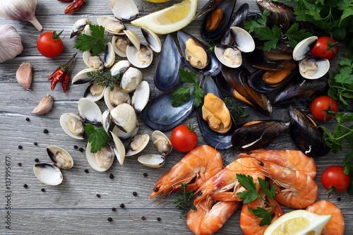 Leinwand Poster frutti di mare cozze vongole e gamberi composizione su tavolo grgio