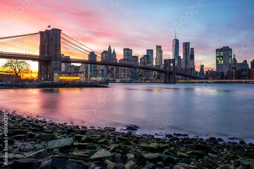 Montage in der Fensternische Brooklyn Bridge Brooklyn Bridge and Downtown Manhattan view at sunset