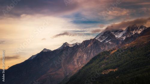 Foto auf Gartenposter Gebirge Mountainside with peaks shrouded in cloud