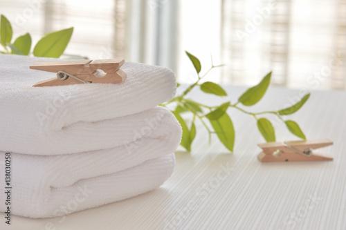 Fotografie, Obraz  白いタオルと洗濯バサミ