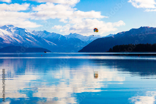 Plakat Paragliding nad jeziorem Wanaka, Nowa Zelandia w zimie