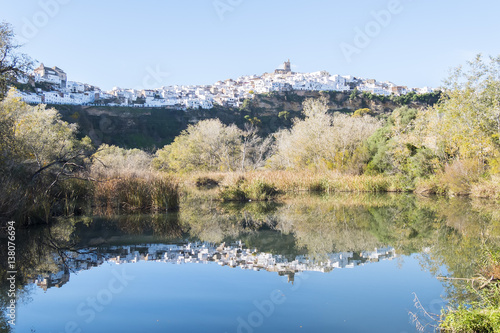 Fotografía  Panoramic of Arcos de la Frontera reflected in the river, white town built on a