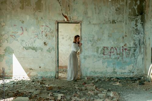Fotografie, Obraz  Mujer con vestido antiguo en habitacion derruida