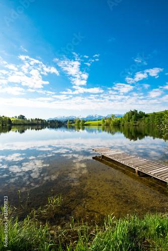jezioro-z-drewnianym-molo-w-allgau-odbicie