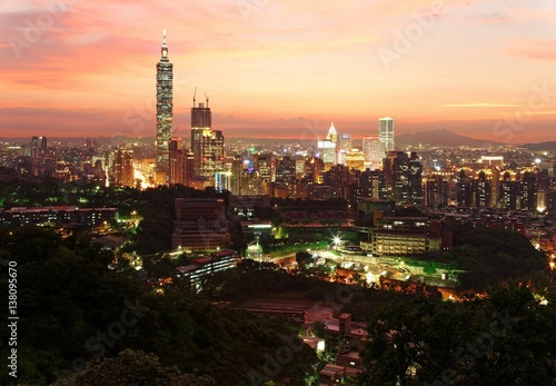 Foto op Aluminium Praag Aerial panorama of downtown Taipei City with Taipei 101 Tower among skyscrapers under dramatic sky ~ A romantic evening in Taipei, the capital city of Taiwan, with beautiful rosy afterglow at sunset