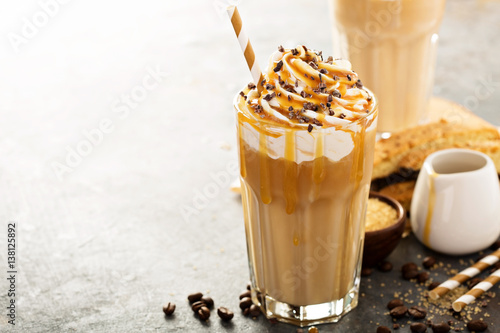 Foto Iced caramel latte coffee in a tall glass