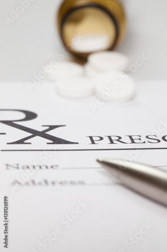 Fotografia  Some pills and a pen over medical prescription form