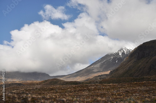 Photo  Mount Doom in clouds at Mordor (Mount Ngaunuhoe) Walkway at Tongariro Alpine Cro