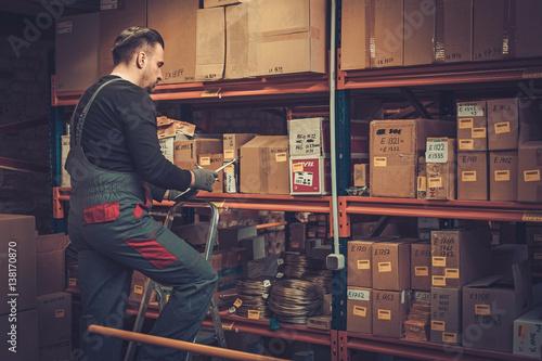 Fotografia Storekeeper with manual pick list on a warehouse