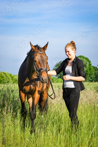 Fotografía  Freundschaft - Teenager hat Spaß mit Pferd