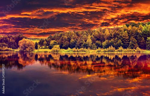 Fototapeta majestatyczny krajobraz z odbiciem w wodzie