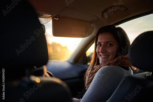Valokuva  Mujer joven en el asiento delantero de un coche